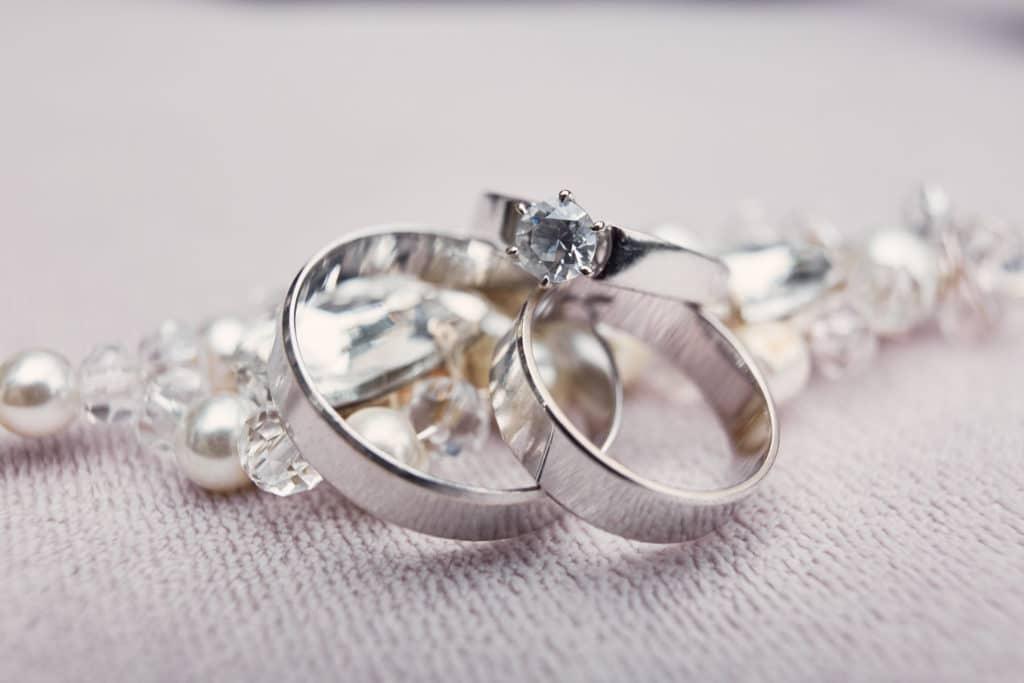 alliance en argent et diamant