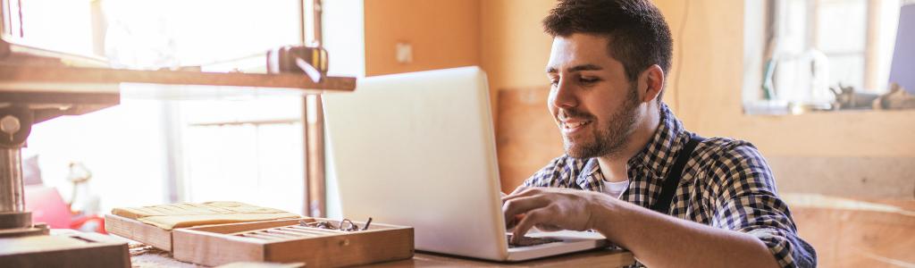 Jeune homme travaillant sur un ordinateur