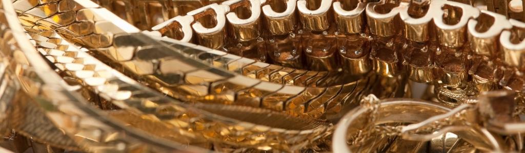 Ensemble de bijoux dorés à recycler