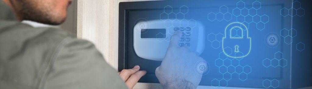 Homme ouvrant un coffre-fort électronique à code digital