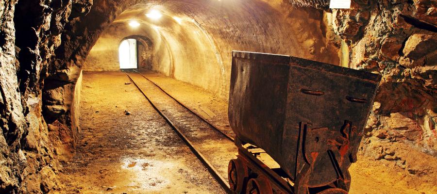 Illustration d'une mine d'or avec rails et wagon