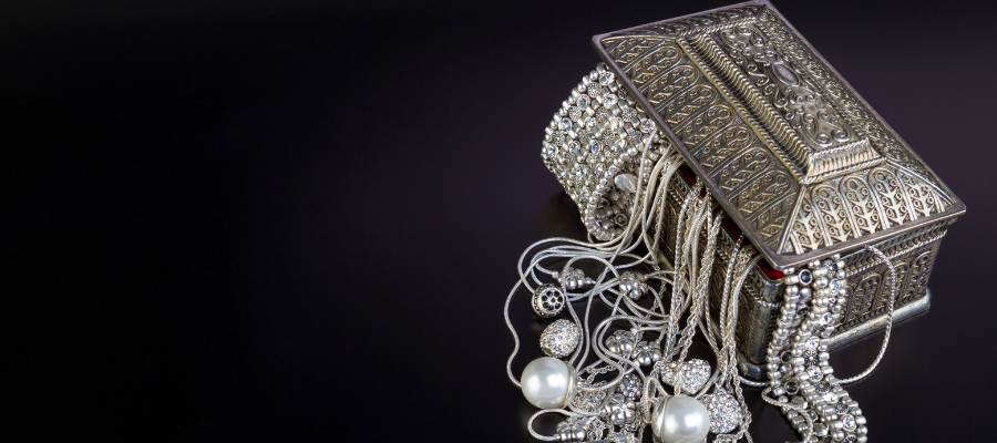 Bijoux anciens dans coffre en argent