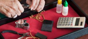 Expertise d'un bijou en or pour connaître la qualité du métal précieux