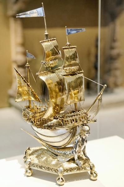 Le Burgley Nef, surtout de table en forme de vaisseau médiéval en vermeil