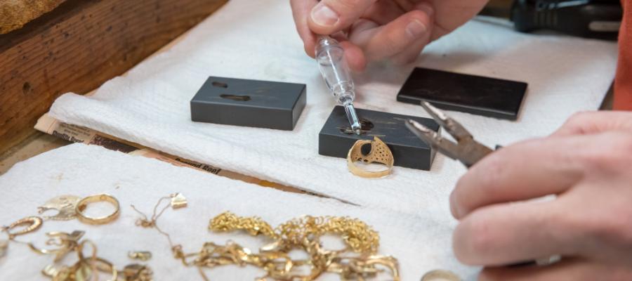 Test d'un bijou à la pierre de touche et au révélateur