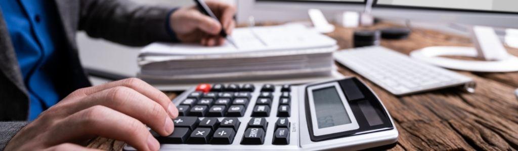 Comptable calculant les impôts