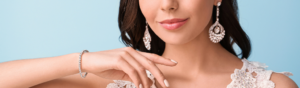 Jeune femme portant bijoux en argent