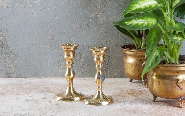 Deux chandeliers dorés