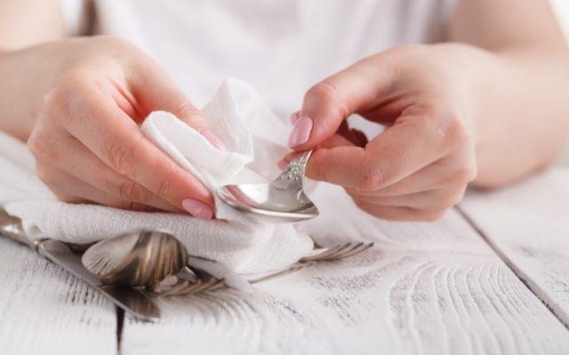 Nettoyage d'un couvert en argent avec un chiffon doux